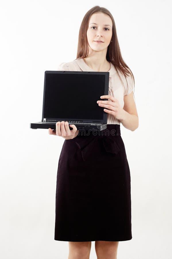 Κομψή γυναίκα που εμφανίζει ένα lap-top στοκ εικόνες με δικαίωμα ελεύθερης χρήσης