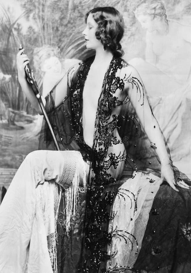 Κομψή γυναίκα που θαυμάζει τη μορφή της (όλα τα πρόσωπα που απεικονίζονται δεν ζουν περισσότερο και κανένα κτήμα δεν υπάρχει Εξου στοκ φωτογραφία