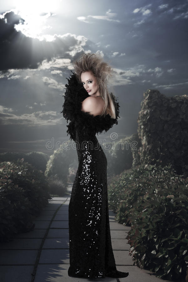 Κομψή γυναίκα στο πολύ μαύρο φόρεμα στοκ εικόνες