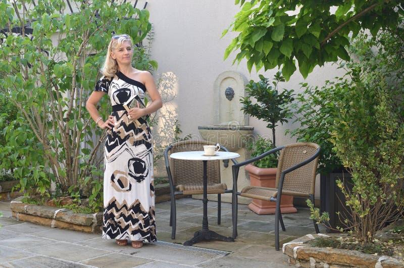 κομψή γυναίκα φορεμάτων στοκ φωτογραφίες