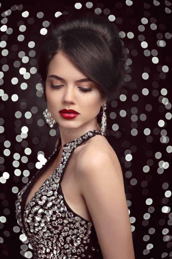 Κομψή γυναίκα brunette μόδας hairstyle αναδρομικός Κόκκινα χείλια makeup στοκ φωτογραφία