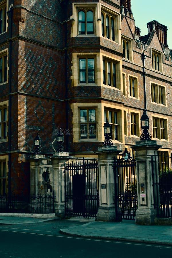 Κομψή είσοδος πυλών στο παλαιά κτήριο/το μέγαρο βασίλειο Λονδίνο παλαιά ενωμένη πύργος Βικτώρια οικοδόμησης στοκ φωτογραφία με δικαίωμα ελεύθερης χρήσης