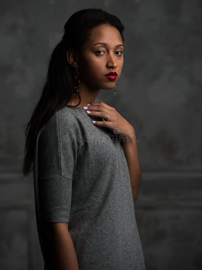 Κομψή εθνική γυναίκα στα γκρίζα ενδύματα στοκ φωτογραφία με δικαίωμα ελεύθερης χρήσης