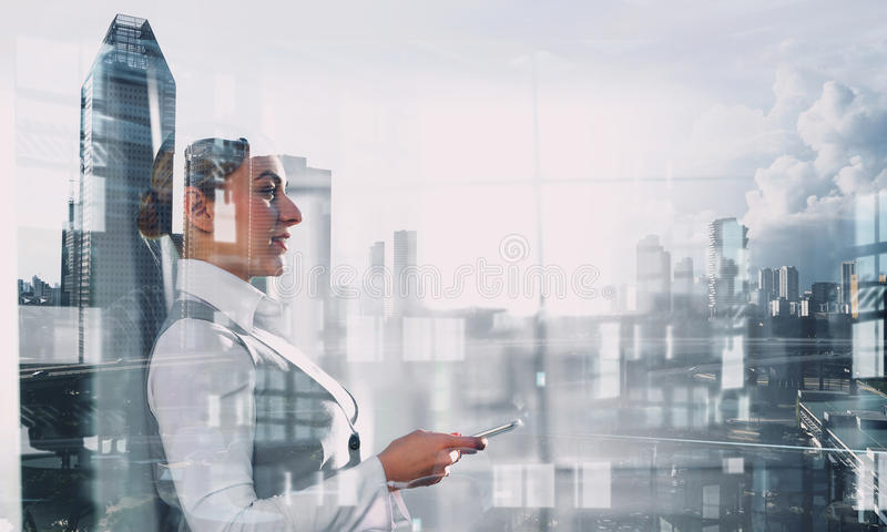 Κομψή επιχειρηματίας στο εσωτερικό γραφείων Μικτά μέσα στοκ εικόνα με δικαίωμα ελεύθερης χρήσης