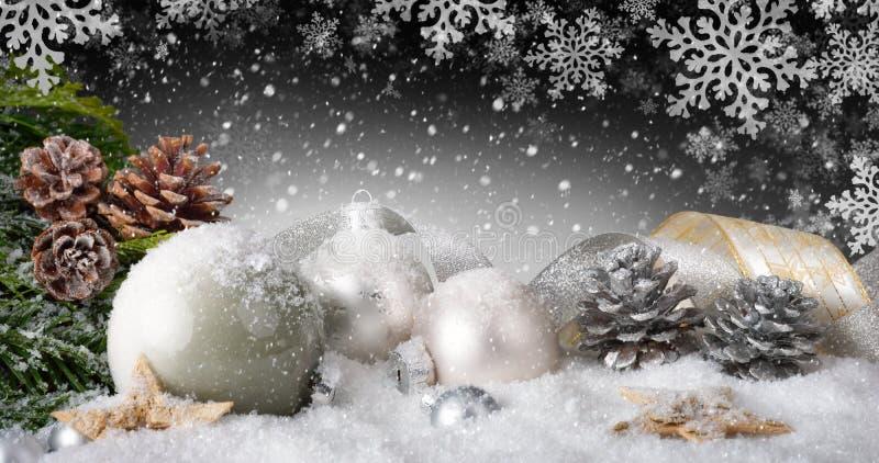 Κομψή διακόσμηση Χριστουγέννων με το χιόνι στοκ φωτογραφίες
