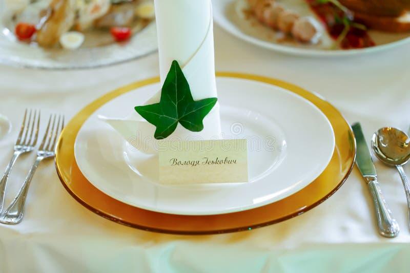 Κομψή και φρέσκια επιτραπέζια διακόσμηση δεξίωσης γάμου nametag και στοκ εικόνες
