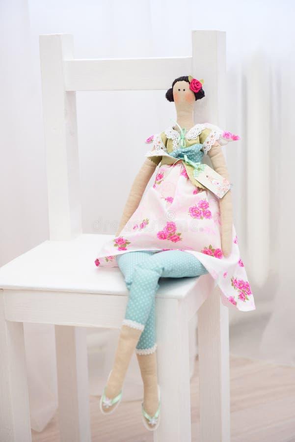 Κομψή κούκλα ενός παχουλού συμπαθητικού κοριτσιού σε ένα φόρεμα στοκ εικόνες
