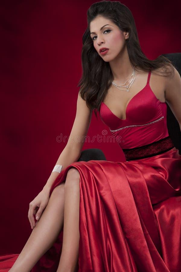 κομψή κόκκινη γυναίκα φορεμάτων στοκ εικόνες