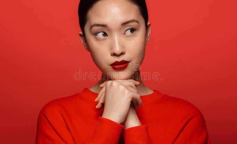 Κομψή νέα ασιατική γυναίκα στοκ εικόνες με δικαίωμα ελεύθερης χρήσης
