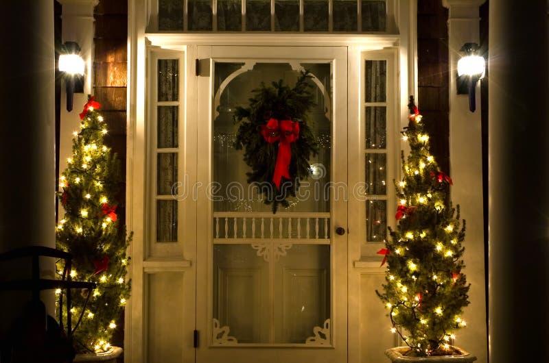 κομψή νύχτα πορτών Χριστουγέννων στοκ φωτογραφία με δικαίωμα ελεύθερης χρήσης