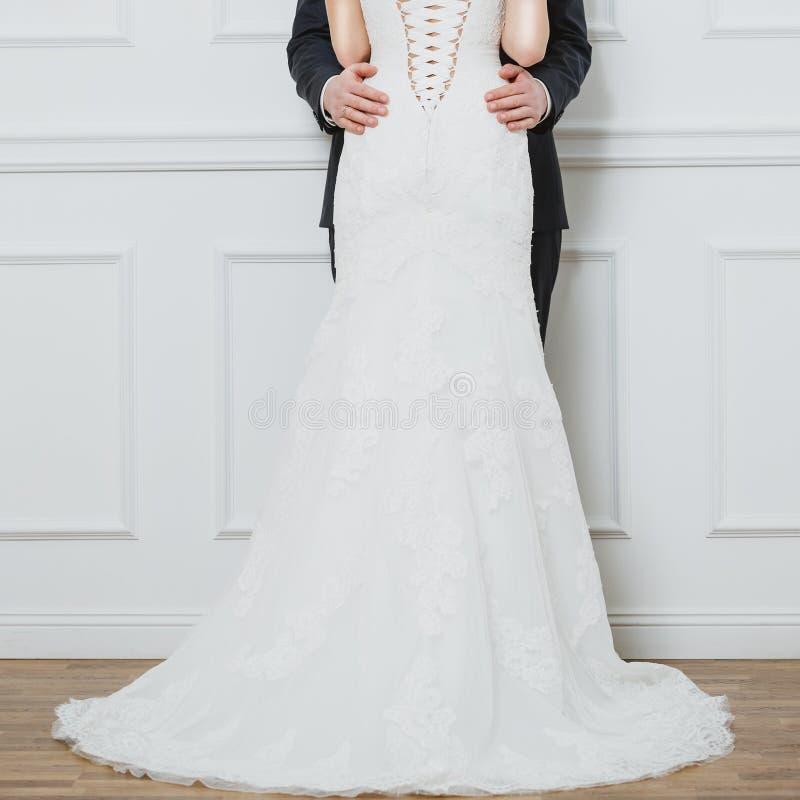 Κομψή τοποθέτηση νυφών και νεόνυμφων μαζί στο στούντιο σε μια ημέρα γάμου στοκ εικόνα με δικαίωμα ελεύθερης χρήσης