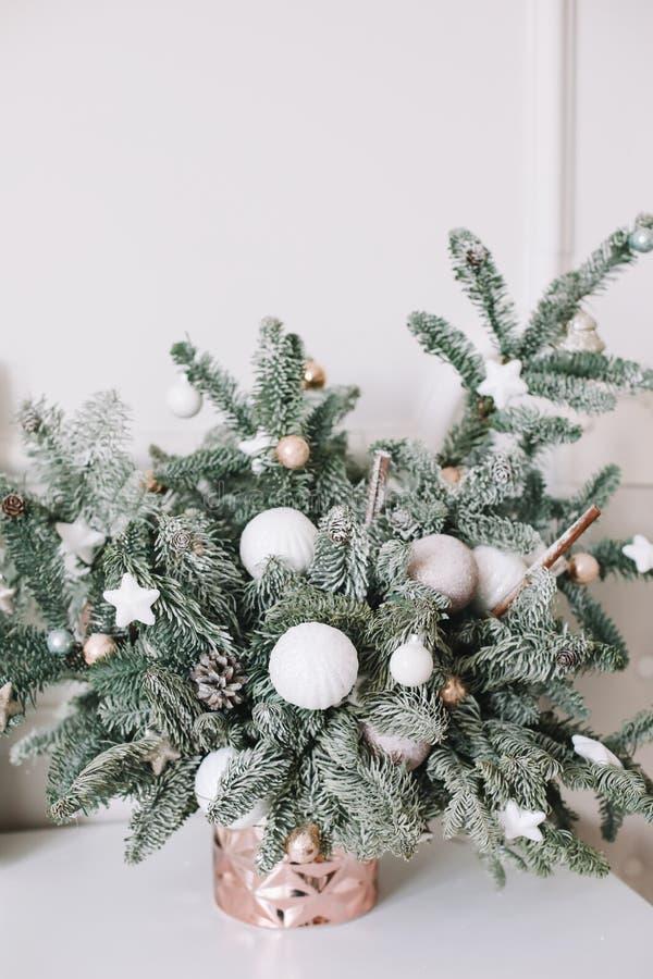 Κομψοί κλάδοι με τις διακοσμήσεις Το βάζο με το έλατο διακλαδίζεται ανθοδέσμη τα Χριστούγεννα διακοσμούν τις φρέσκες βασικές ιδέε στοκ φωτογραφία με δικαίωμα ελεύθερης χρήσης