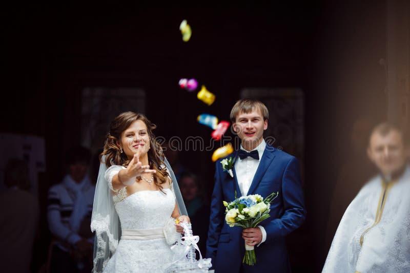 Κομψοί πανέμορφοι ευτυχείς νύφη και νεόνυμφος brunette που στέκονται στοκ φωτογραφία