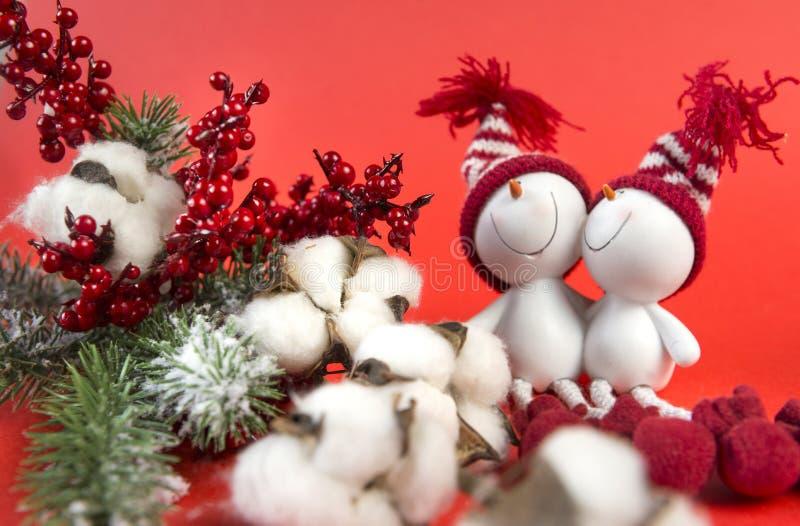 Κομψός κλάδος, κόκκινα μούρα, κλάδος βαμβακιού, 2 χιονάνθρωποι παιχνιδιών, Χριστός στοκ φωτογραφία με δικαίωμα ελεύθερης χρήσης