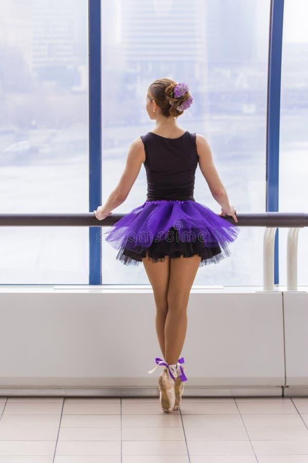 Κομψός νέος χορός ballerina στοκ εικόνες