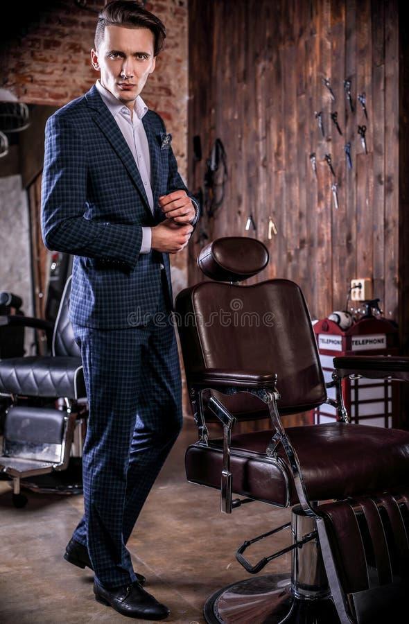 Κομψός νεαρός άνδρας στο barbershop στοκ φωτογραφίες