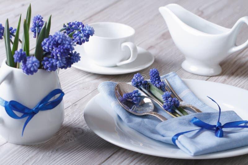 Κομψός πίνακας άνοιξη που θέτει με το muscari λουλουδιών στοκ φωτογραφία με δικαίωμα ελεύθερης χρήσης