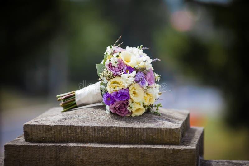 Κομψός φρέσκος αυξήθηκε γαμήλια ανθοδέσμη σε μια κινηματογράφηση σε πρώτο πλάνο πετρών στοκ εικόνες με δικαίωμα ελεύθερης χρήσης