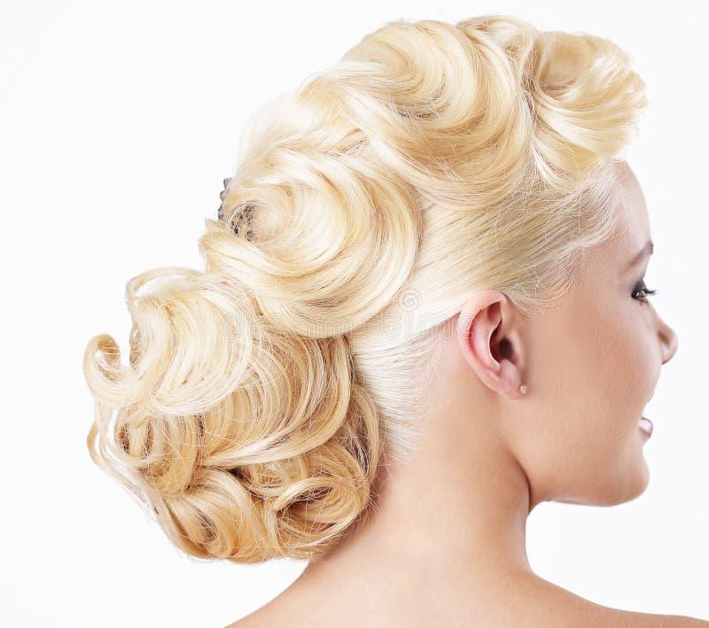 κομψότητα Οπισθοσκόπος ξανθού με εορταστικό Hairstyle στοκ εικόνες