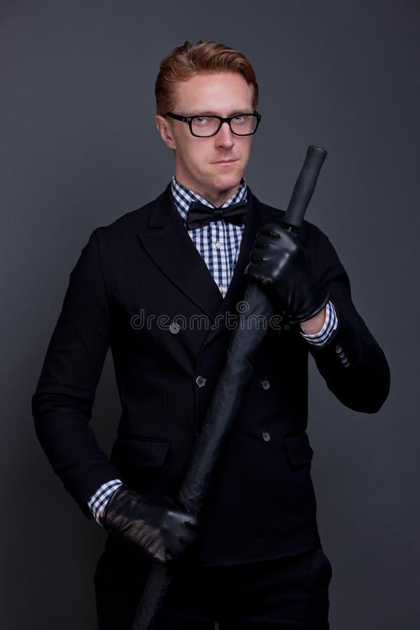 Κομψό άτομο με ένα τόξο και μια ομπρέλα στοκ εικόνες