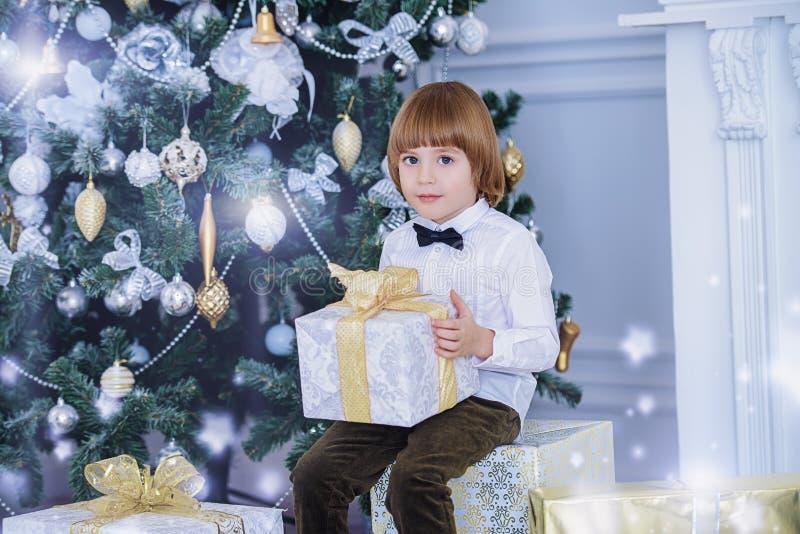 Κομψό αγόρι με το δώρο στοκ φωτογραφία
