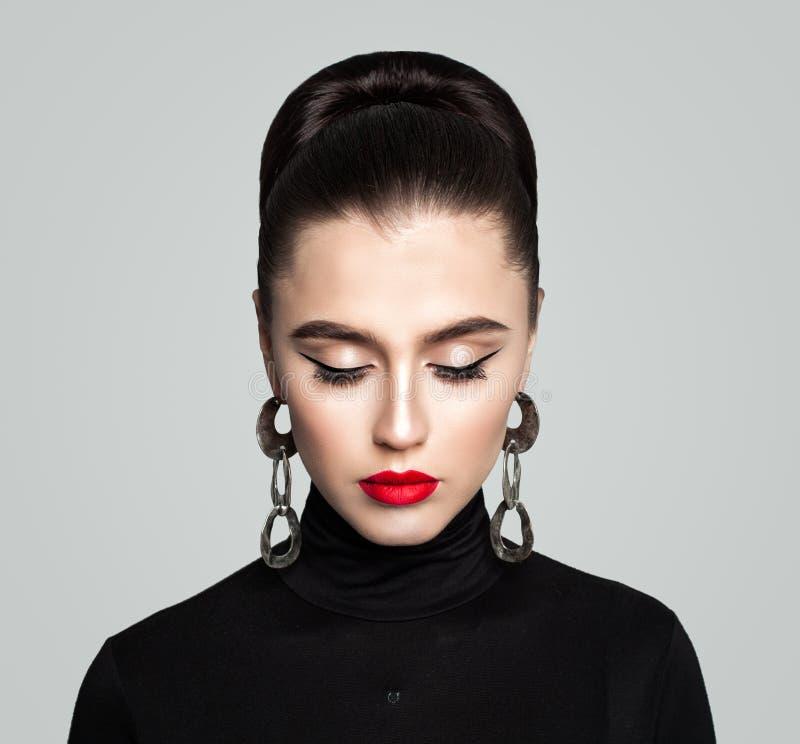 Κομψό αναδρομικό ύφος Makeup με Eyeliner και τα κόκκινα χείλια στοκ εικόνα με δικαίωμα ελεύθερης χρήσης