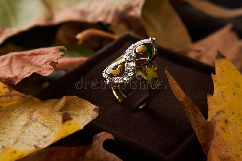 Κομψό δαχτυλίδι διαμαντιών δέσμευσης ως έννοια αγάπης και γάμου, CL στοκ εικόνες