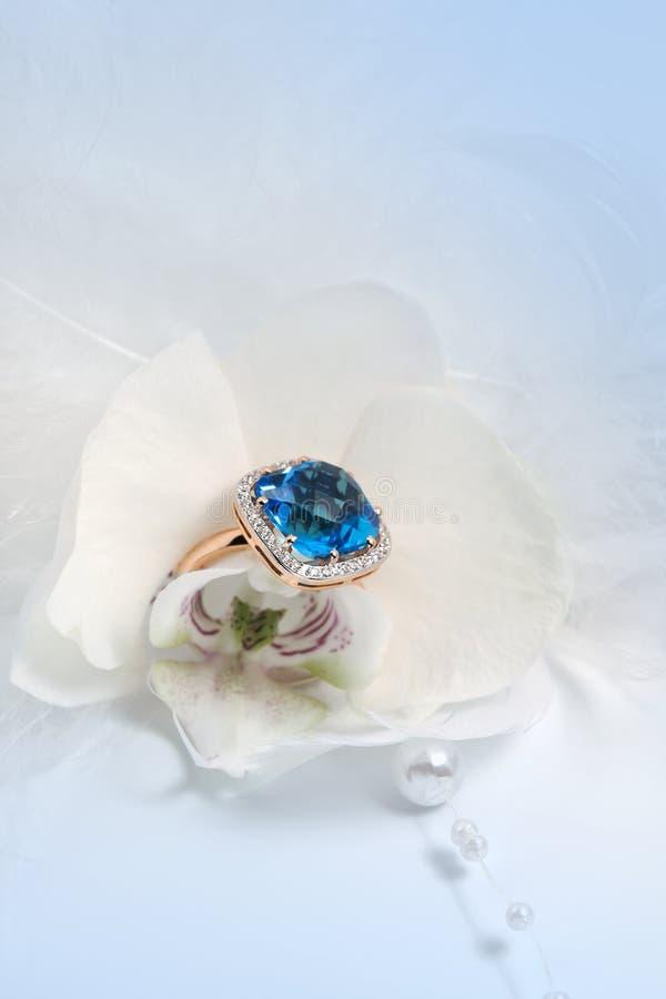 Κομψό δαχτυλίδι κοσμήματος στο λουλούδι στοκ εικόνες με δικαίωμα ελεύθερης χρήσης