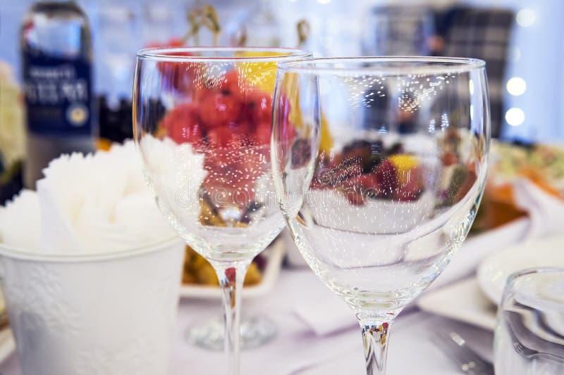 Κομψό επιτραπέζιο θέτοντας γεύμα πολυτέλειας σε ένα εστιατόριο Stemwares σε έναν εορταστικό υπέροχα διακοσμημένο γαμήλιο πίνακα Γ στοκ εικόνα