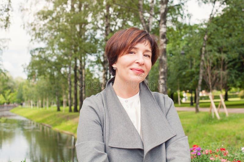 Κομψό θηλυκό πρότυπο 45 χρονών Αρκετά ώριμη γυναίκα υπαίθρια στοκ φωτογραφία με δικαίωμα ελεύθερης χρήσης