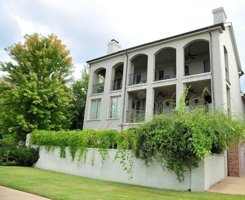 Κομψό και ζαλίζοντας riverfront σπίτι στοκ εικόνα με δικαίωμα ελεύθερης χρήσης