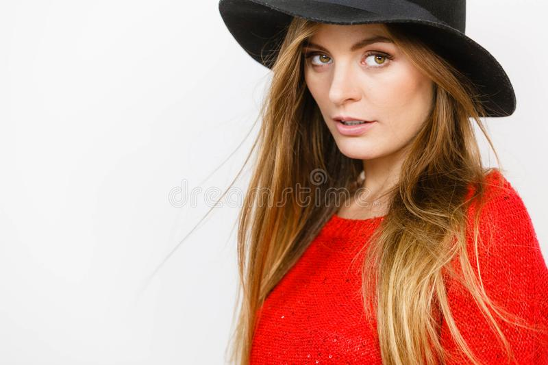 Κομψό κορίτσι στο καπέλο στοκ εικόνες