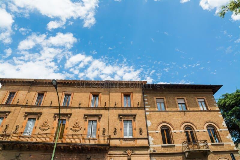 Κομψό κτήριο κάτω από έναν μπλε ουρανό στη Σιένα στοκ εικόνα