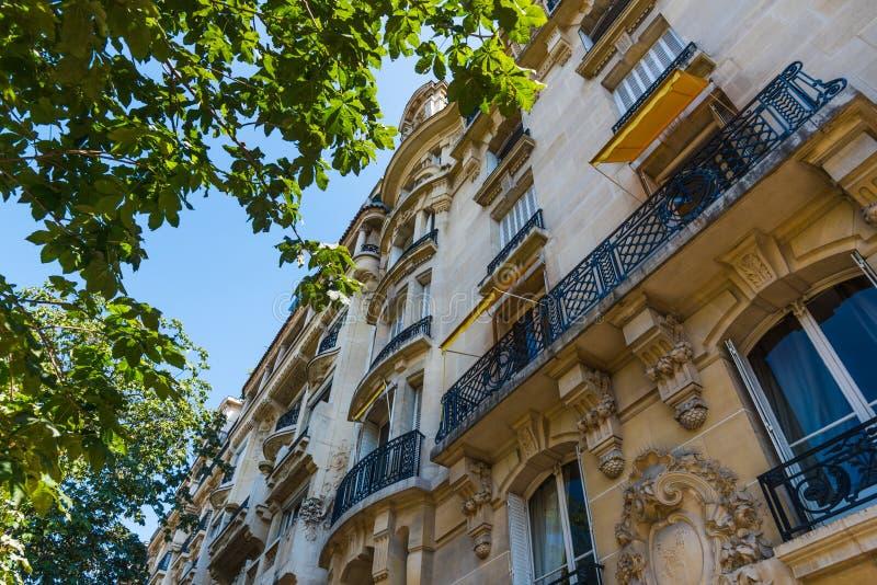 Κομψό κτήριο και πράσινο δέντρο στο Παρίσι στοκ εικόνες με δικαίωμα ελεύθερης χρήσης