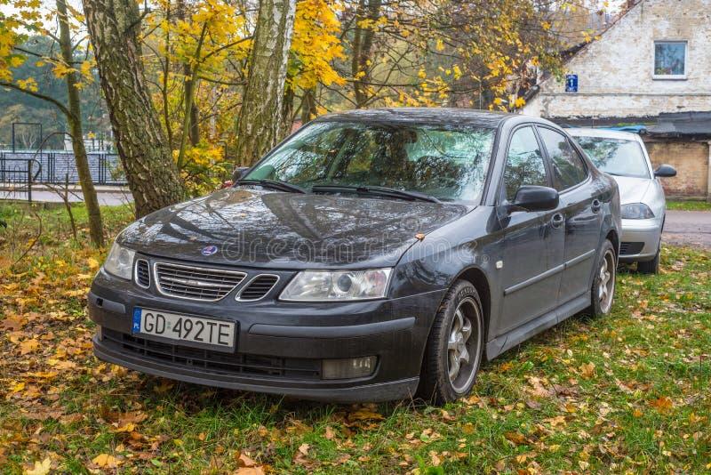 Κομψό μαύρο και λαμπερό SAAB 9-3 παρκαρισμένο με φθινοπωρινό καιρό στοκ φωτογραφίες με δικαίωμα ελεύθερης χρήσης