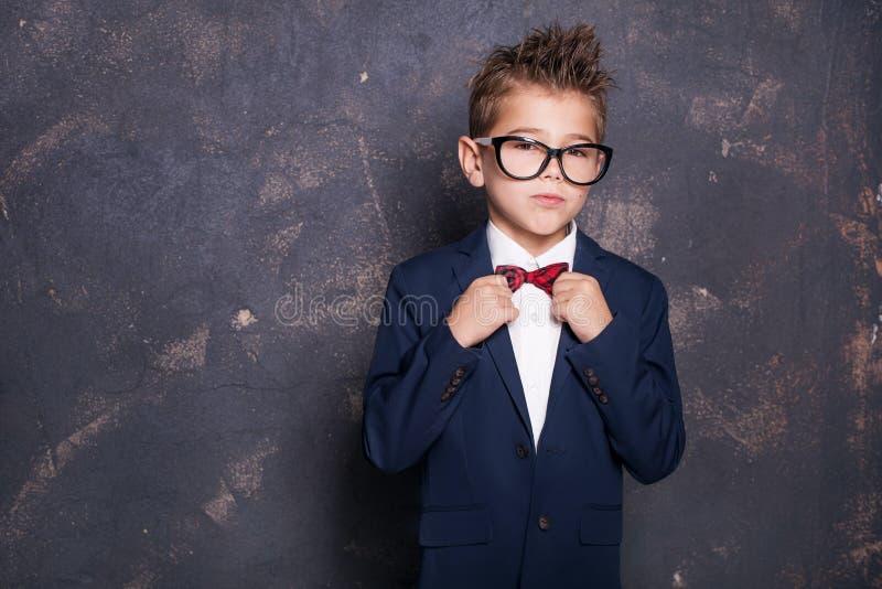 Κομψό μικρό παιδί στο κοστούμι στοκ εικόνες με δικαίωμα ελεύθερης χρήσης