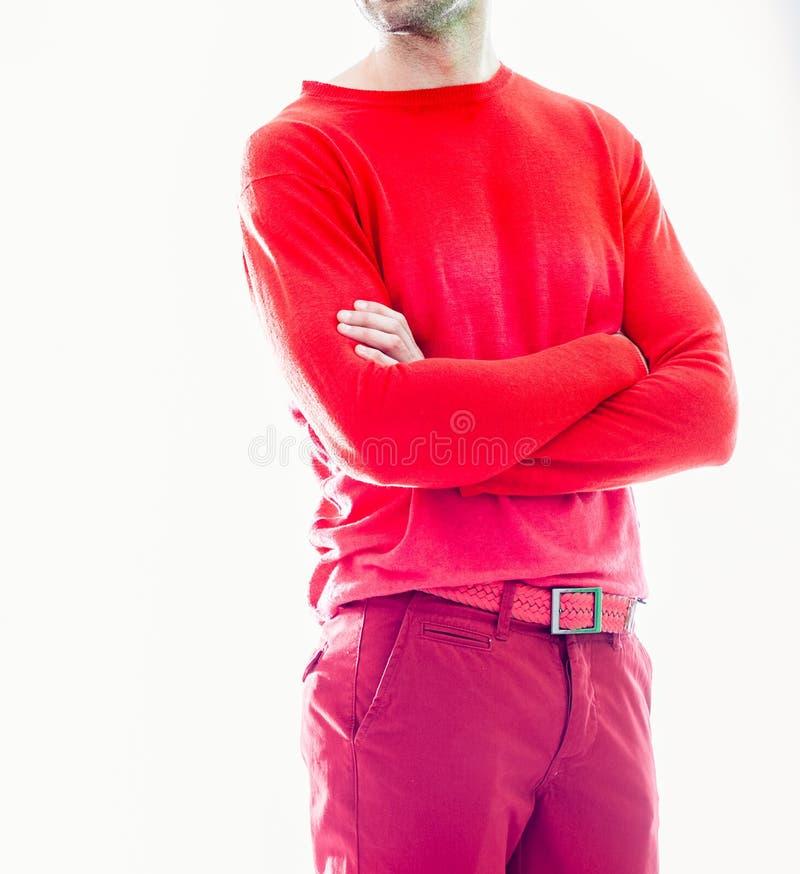 Κομψό νέο όμορφο άτομο στον κόκκινο ιματισμό Πορτρέτο μόδας στούντιο στοκ εικόνα με δικαίωμα ελεύθερης χρήσης