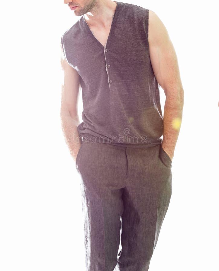 Κομψό νέο όμορφο άτομο στο μαύρο ιματισμό Πορτρέτο μόδας στούντιο στοκ φωτογραφίες
