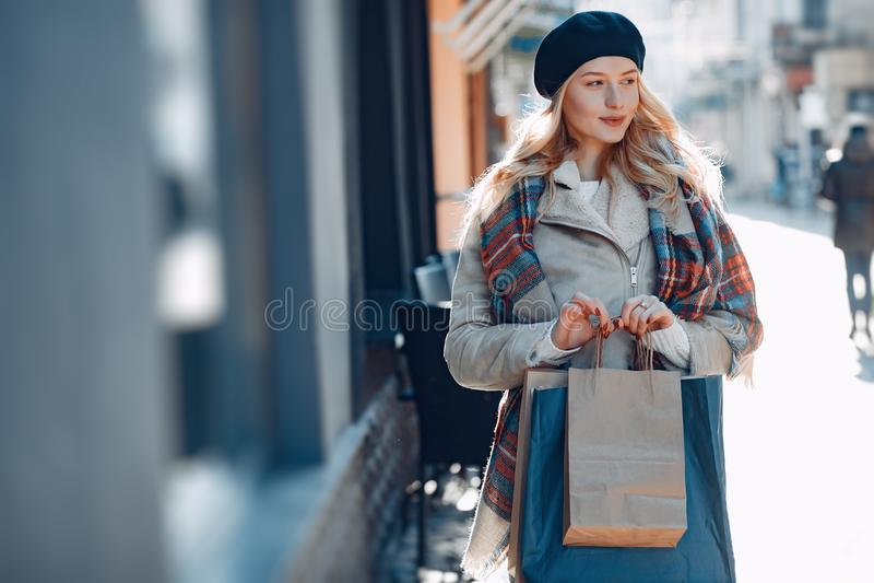 Κομψό χαριτωμένο ξανθό περπάτημα σε μια πόλη στοκ φωτογραφία με δικαίωμα ελεύθερης χρήσης