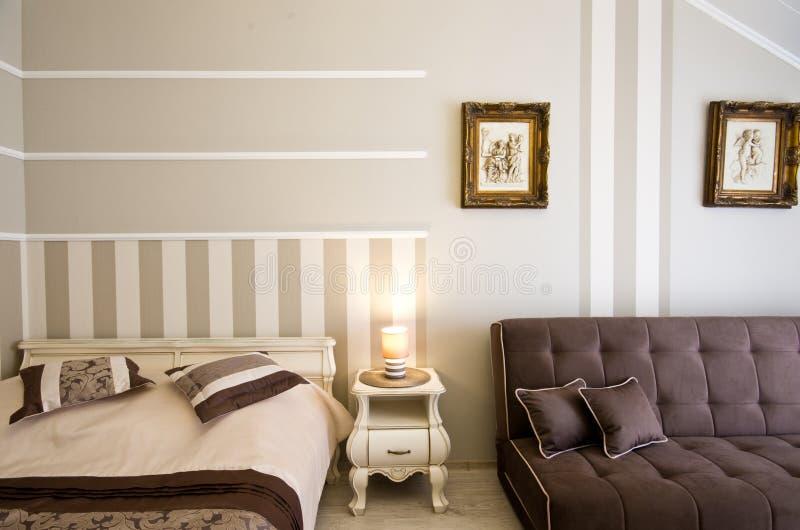 Κομψό δωμάτιο ξενοδοχείων ή πανσιόν στοκ εικόνες