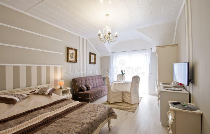 Κομψό δωμάτιο ξενοδοχείων ή πανσιόν στοκ φωτογραφίες με δικαίωμα ελεύθερης χρήσης