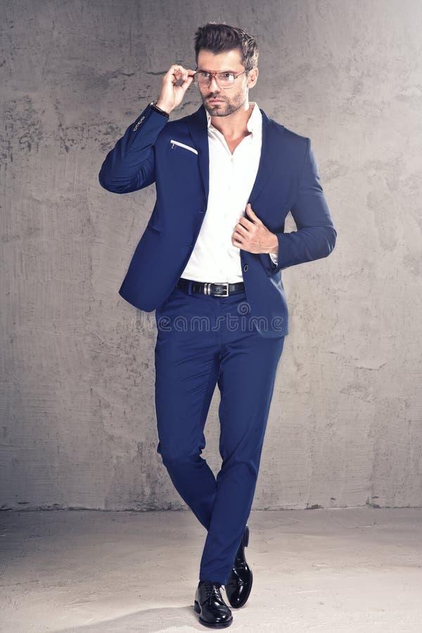 κομψό όμορφο κοστούμι ατόμων στοκ φωτογραφία