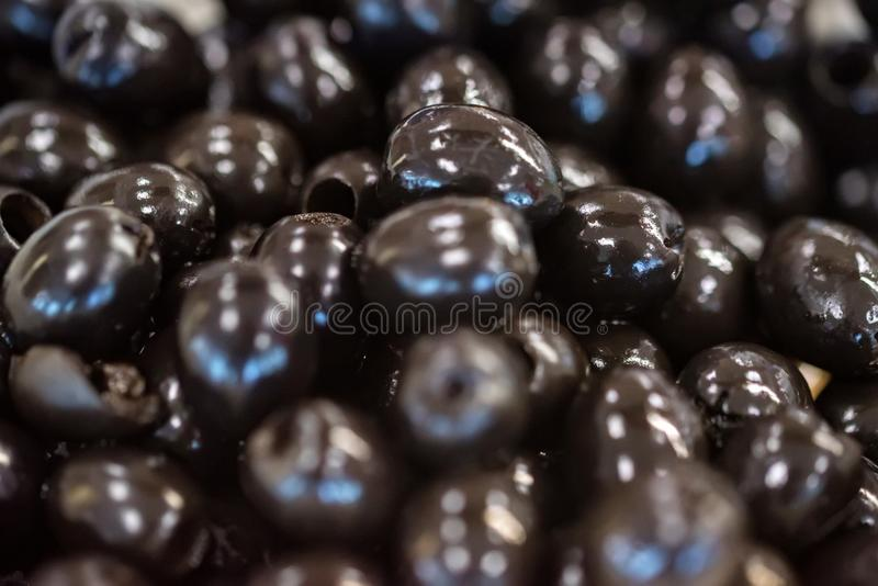 Κονσερβοποιημένες μαύρες κοιλαμένες ελιές για το αφηρημένο υπόβαθρο στοκ φωτογραφία