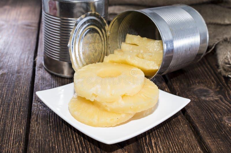 Κονσερβοποιημένος ανανάς στο ξύλο στοκ φωτογραφία με δικαίωμα ελεύθερης χρήσης