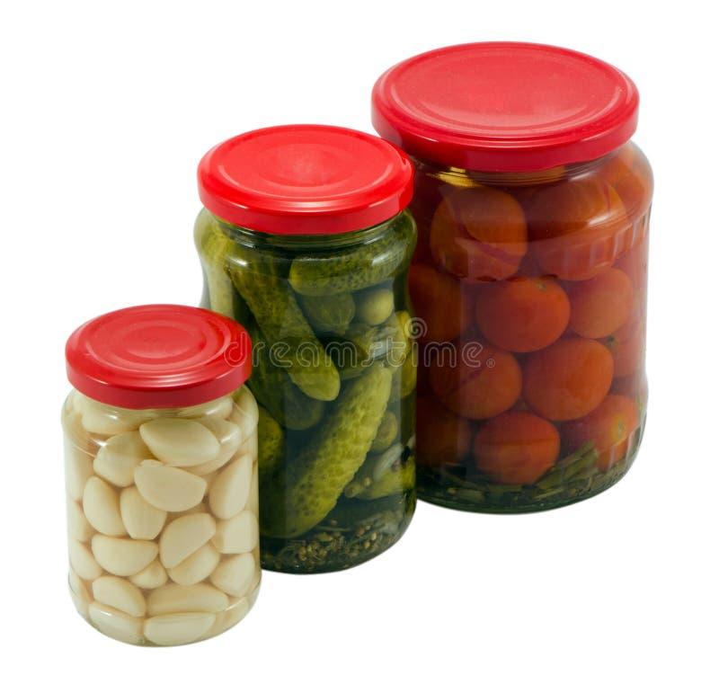 Κονσερβοποιημένο δοχείο βάζων γυαλιού αγγουριών σκόρδου ντομάτες στοκ φωτογραφία με δικαίωμα ελεύθερης χρήσης