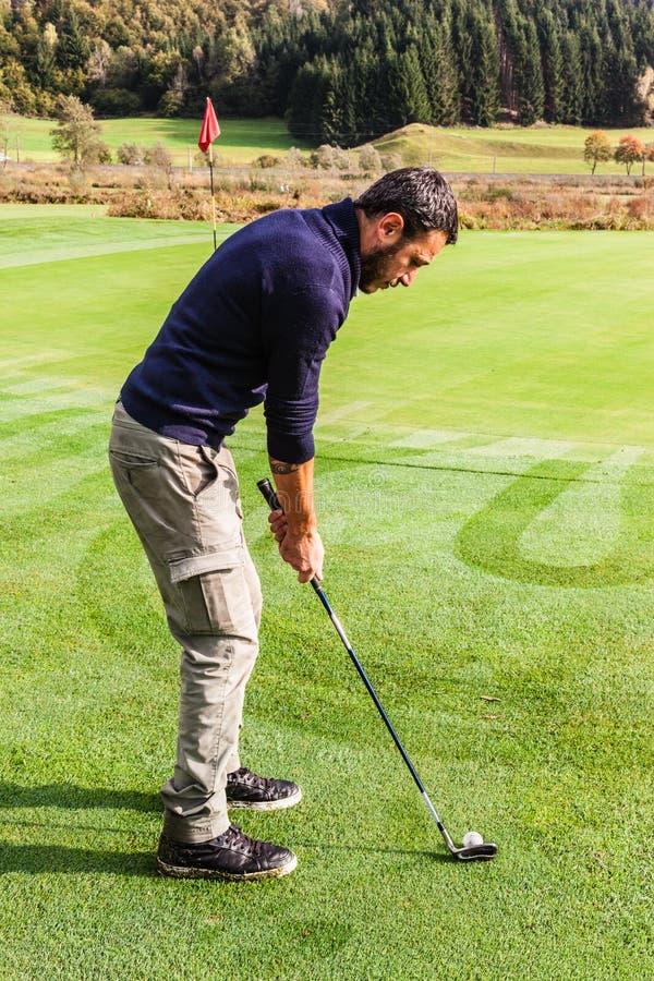 Κοντά στην τρύπα γκολφ στοκ εικόνα με δικαίωμα ελεύθερης χρήσης
