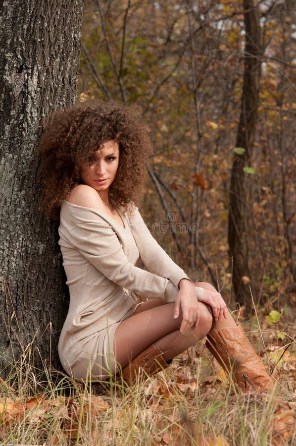 κοντά στη γυναίκα δέντρων συνεδρίασης στοκ φωτογραφία με δικαίωμα ελεύθερης χρήσης