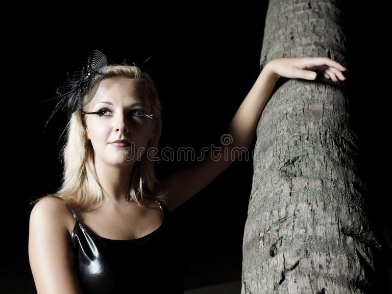 Download κοντά στη γυναίκα palmtree στοκ εικόνες. εικόνα από φοίνικας - 17059282