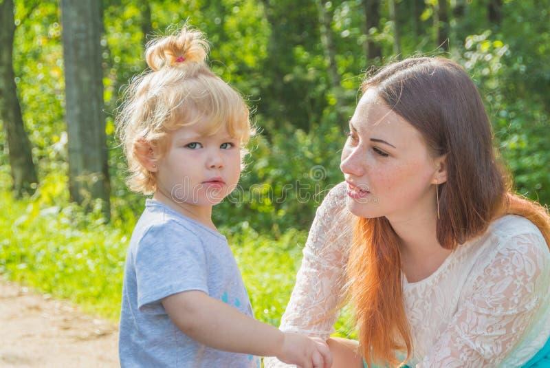 Κοντά στη μητέρα ένα παιδί που εξετάζει τη κάμερα στοκ φωτογραφία με δικαίωμα ελεύθερης χρήσης