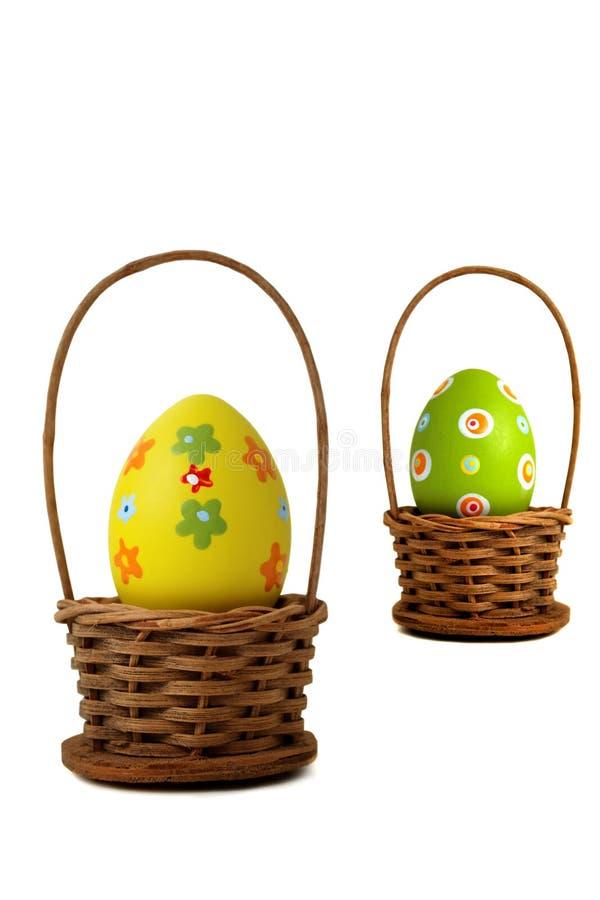 Κοντά στο κίτρινο αυγό Πάσχας σε ένα καλάθι απεικόνιση αποθεμάτων